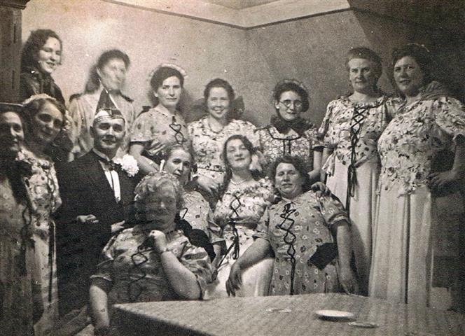 Frauentanzgruppe im Karneval 1937 (Foto von Anni Hinz)