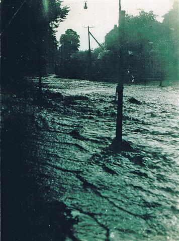 Hochwasser auf der Hennerstraße am 05.09.1931 (Foto von Anni Hinz)