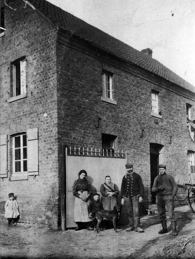 Hof Zündorf i.d. Schmittenstraße (Bildmitte: Peter Josef u. Anna Maria Zündorf) - zur Verfügung gestellt von Josef Zündorf