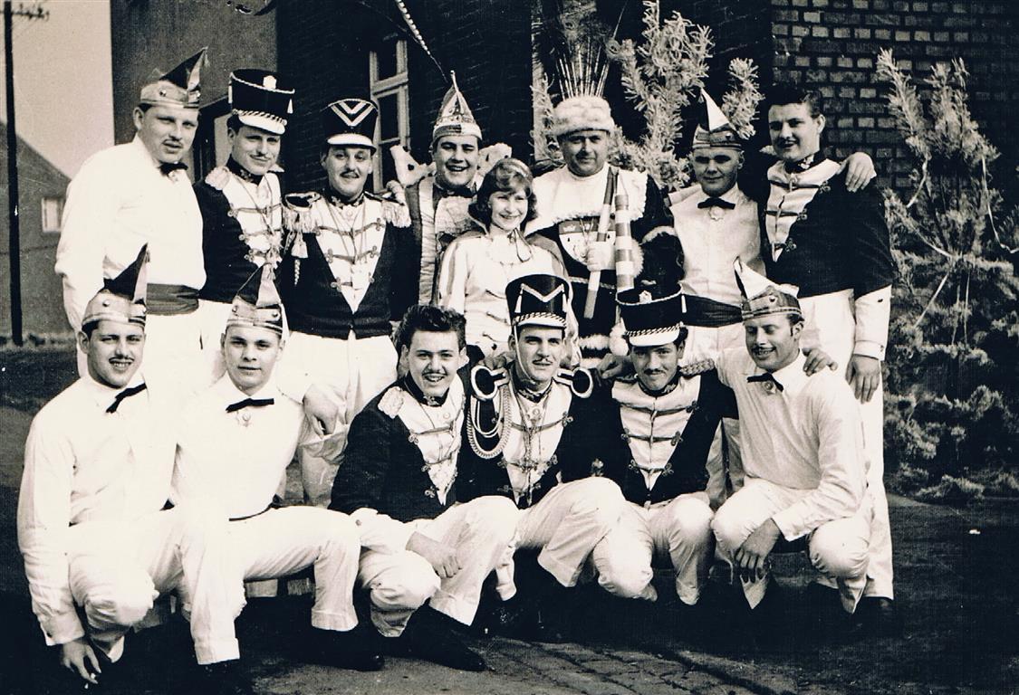 Husaren 1957 Husaren-Tanzchor der KG Blau-Weiss Fischenich 1957 (Foto von und mit Jakob Klug)     Husarenchor der KG Blau-Weiss Fischenich 1957 (Foto von und mit Jakob Klug